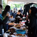 Goûter convivial offert aux habitants du quartier devant la Barakason